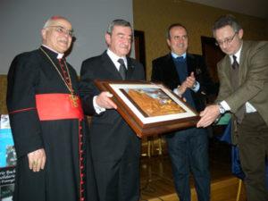 Giovanni Bachelet consegna il Premio al fotografo Arturo Mari, insieme a Fabrizio Fratangeli e al Cardinale José Saraiva Martins. Roma, 26 marzo 2011.
